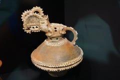 Cerâmica do jacaré de idade desconhecida fotos de stock