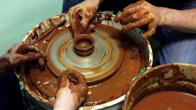 A cerâmica entrega a criação de um frasco de terra em uma roda da rotação video estoque