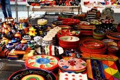Cerâmica pintado à mão brilhantemente colorida em um mercado espanhol Imagem de Stock Royalty Free