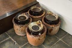 Cera calda in padella sopra la stufa coperta dal vaso di argilla Pekalongan contenuto foto Indonesia fotografia stock