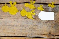 Cera de abejas, abejas que vuelan en la tabla de madera, nota vacía Imagen de archivo libre de regalías