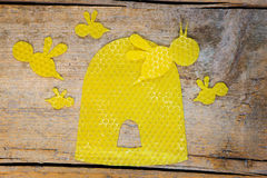 Cera de abejas, abejas y una colmena en la tabla de madera Imagen de archivo libre de regalías