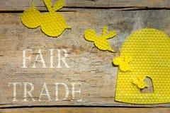 Cera de abejas, abejas y una colmena en la tabla de madera, comercio justo Fotos de archivo libres de regalías