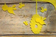 Cera de abejas, abejas y una colmena en la tabla de madera, copyspace Fotografía de archivo libre de regalías