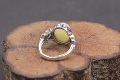 Cera de abejas báltica y anillo ambarino fotos de archivo libres de regalías