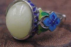 Cera de abejas báltica y anillo ambarino fotografía de archivo