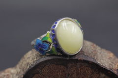 Cera de abejas báltica y anillo ambarino imagen de archivo libre de regalías