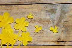 Cera de abejas, flores y abejas en la tabla de madera, copyspace Imagen de archivo libre de regalías