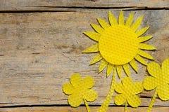 Cera de abejas, girasoles en la tabla de madera, copyspace Imagen de archivo