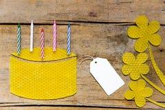 Cera de abejas, torta con las velas y flores en la tabla de madera, si vacío Fotos de archivo libres de regalías