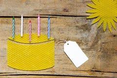 Cera de abejas, torta con las velas y sol en la tabla de madera, muestra vacía Fotografía de archivo