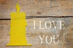 Cera de abejas, vela en la tabla de madera, te quiero Imagenes de archivo