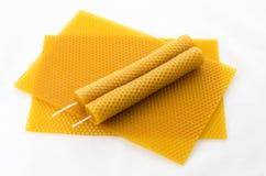 Cera de abelha de duas velas no favo de mel Fotografia de Stock Royalty Free