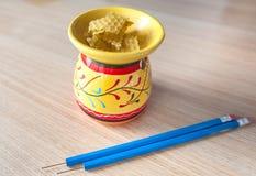 Cera de la abeja con una herramienta usada para aplicar la cera Imagenes de archivo