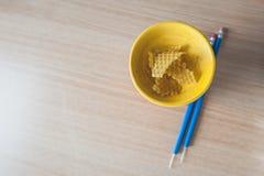 Cera de la abeja con una herramienta usada para aplicar la cera Fotografía de archivo