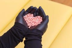 Cera della perla per depilazione nelle mani di un estetista procedura della depilazione dell'estetista fotografie stock libere da diritti