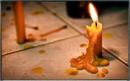 Cera derretida de una vela amarilla por la tarde Fotografía de archivo libre de regalías