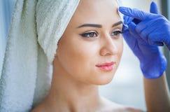 Cera di depilazione Corpo di Sugar Hair Removal From Woman Cera Epilat fotografia stock libera da diritti