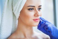 Cera di depilazione Corpo di Sugar Hair Removal From Woman Procedura della stazione termale di Epilation della cera Estetista Fem fotografie stock