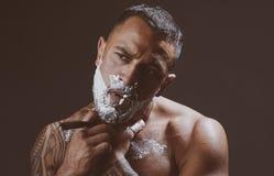Cera do bigode barbershop Ferramentas da barbearia no fundo de madeira velho com espa?o da c?pia guarni??es B?lsamo da barba Cuid fotos de stock royalty free