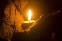 Cera tailandesa de la abeja de la vela en cuenco de tierra Fotos de archivo libres de regalías