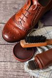 Cera y cepillos del zapato en superficie de madera Foto de archivo libre de regalías