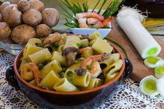 Ceramic clay pot with Shrimp and Mushroom Pasta Stock Photos