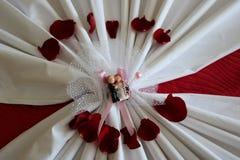 ceramica della figurina del magnete delle coppie delle persone appena sposate di nozze immagini stock libere da diritti