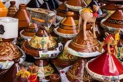 Ceramicl redskap på den marockanska marknaden, tajines Royaltyfri Foto
