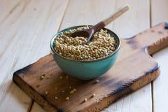 Ceramico della ciotola riempito di grano saraceno Fotografia Stock Libera da Diritti