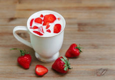 Ceramiczna filiżanka jogurt, Czerwone Świeże truskawki na Drewnianym tle Śniadaniowy Organicznie Zdrowy Smakowity jedzenie Kulina Zdjęcie Royalty Free