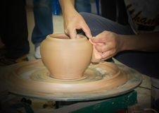 Ceramiczna gliniana waza tworzy i modeller ręki fotografia stock