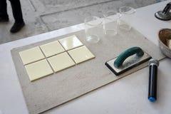 Ceramiczna płytka przygotowywa dla demonstraci dlaczego grout fotografia stock