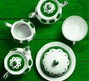 Ceramiczna usługa na barwionym drewnianym stole Ceramiczny teapot, filiżanka, cukierniczka zdjęcia royalty free