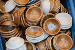 Ceramiczne filiżanki w koszu Zdjęcie Royalty Free