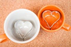 Ceramiczne filiżanki z ciastko krajaczem Obraz Stock