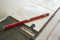 Ceramiczne płytki i narzędzia dla kaflarza Domowy ulepszenie, odświeżanie - ceramiczna dachówkowa podłoga adhezyjna, moździerzowy Fotografia Stock