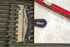 Ceramiczne płytki i narzędzia dla kaflarza Podłogowe płytki instalacyjne Domowy ulepszenie, odświeżanie - ceramiczna dachówkowa p Obraz Royalty Free