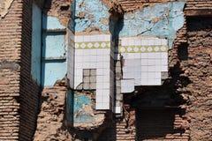 Ceramiczne płytki na ścianie stary wyburzający ceglany dom fotografia royalty free