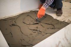 ceramiczne target1908_0_ płytki Mistrz robi betonowej podłoga w przygotowaniu do kłaść podłogową płytkę fotografia stock