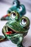 Ceramiczne zielone żaby, zabawki obraz royalty free