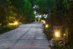 Ceramicznego artykuły lampowa ulica w ogrodowym przejściu przy zmierzchem Obrazy Royalty Free