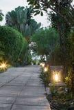 Ceramicznego artykuły lampowa ulica w ogrodowym przejściu przy zmierzchem Fotografia Royalty Free