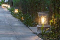 Ceramicznego artykuły lampowa ulica w ogrodowym przejściu przy zmierzchem Obraz Royalty Free