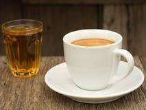 ceramicznej filiżanki strony herbaciany widok biel obraz stock
