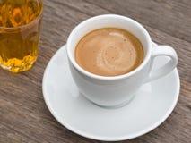 ceramicznej filiżanki szklany herbaciany biel obraz royalty free