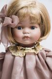 Ceramicznej porcelany handmade lala z blondynem i menchie ubieramy fotografia royalty free