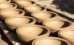 Ceramiczni garnki, słoje gliniany kwiat, Thanh brzęczeń rękodzieła wioska, Hoi, Wietnam Obrazy Royalty Free