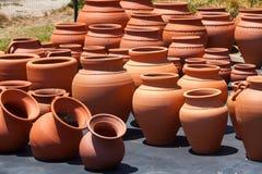 Ceramiczni garnki w rynku Zdjęcia Royalty Free