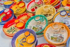 Ceramiczni pamiątkarscy garncarstw naczynia przy Cours Saleya sławnym marke Zdjęcia Stock